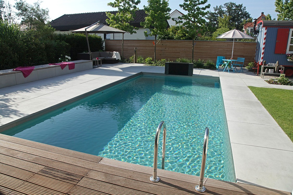 Biotop bio pool mit originellem badehaus for Pool mit schwarzer folie