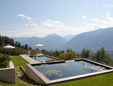 Hotelpool in Südtirol in alpiner Lage