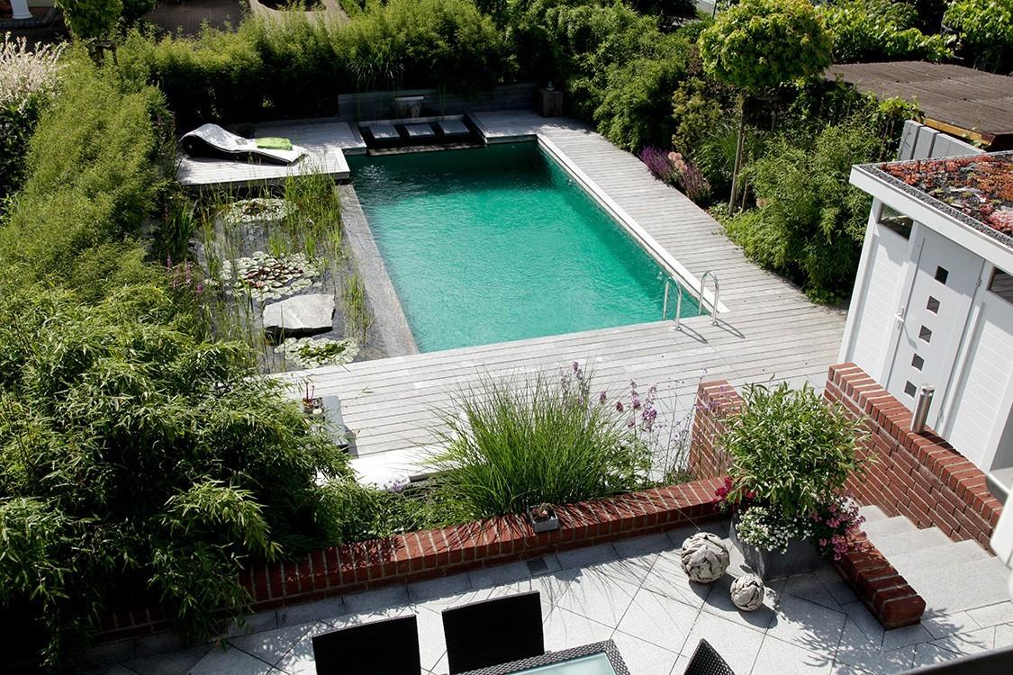 Biotop schwimmteich mit liege und lesedeck for Swimming pool folie erneuern